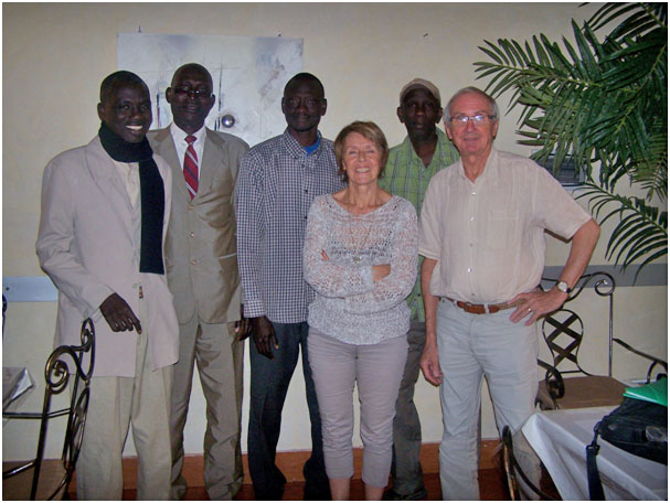 Goumba, Mahawa, Matar, Birane, directeurs d'écoles et collège, Lucie et Yannick, présidente et trésorier des CRAYONS d'ISA
