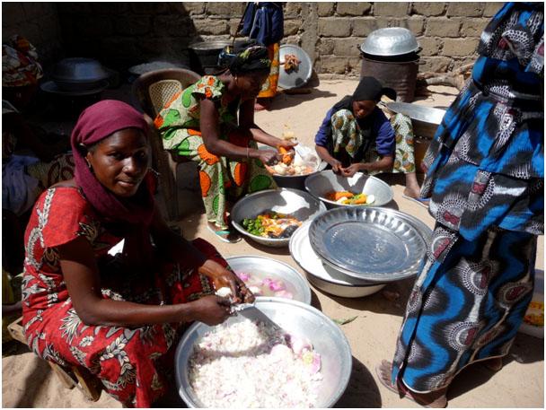 Les mamans preparent le repas de la cantine