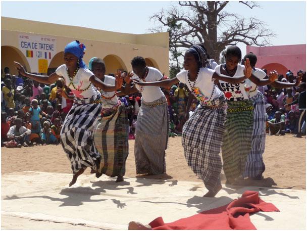 danse locale pour inauguration des dernieres classes